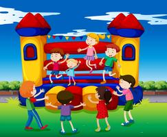 Kinder hüpfen auf dem Spielhaus