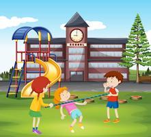 Barn leker med bar på lekplatsen