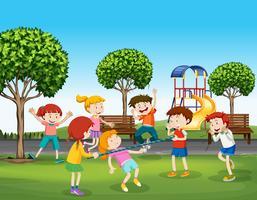 Pojkar och tjejer leker i parken