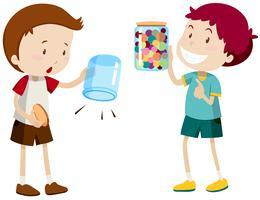 Jungen mit leerem Glas und vollem Glas
