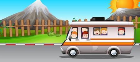 Kinder reiten auf Wohnmobil vektor