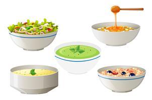 Salat und Suppen in weißen Schüsseln