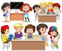 Kinder lernen an ihrem Schreibtisch