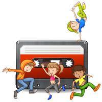 Människor dansar och kassettband
