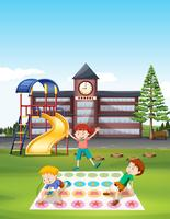 Kinder, die Twister am Schulrasen spielen