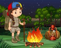 Kleines Mädchen steht am Lagerfeuer