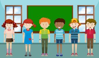 Barn står i klassrummet