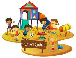 Glada barn leker på lekplatsen