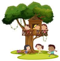 Många barn leker i trädgården
