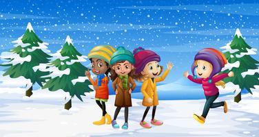 Vier Kinder, die auf dem Schneefeld stehen