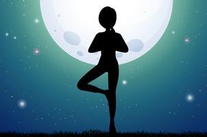 Schattenbildfrau, die Yoga auf fullmoon Nacht tut vektor