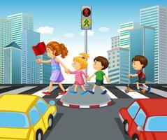 Barn som korsar gatan i staden vektor