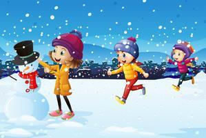 Tre barn leker i snöfältet vektor