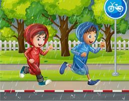 Två pojkar i regnrock som löper på trottoar