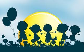 Silhuett barn håller händerna i parken