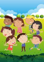Lyckliga barn leker i parken
