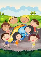 Lyckliga barn leker glid i parken