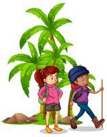 Två vandrare som går i skogen