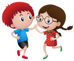 Kleiner Junge und Mädchen tanzen