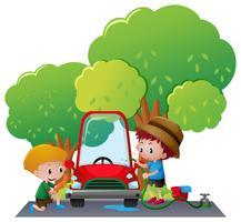 Zwei Jungen, die Auto im Park waschen vektor