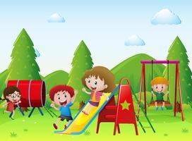 Barn leker tillsammans på lekplatsen
