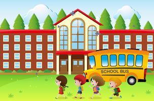 Lyckliga barn går till skolan