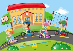 Barn cyklar på vägen vektor
