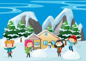 Kinder, die zu Hause im Schnee spielen