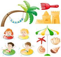Kinder schwimmen und Strandobjekte