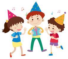 Tre lyckliga barn på födelsedagsfest