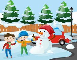 Zwei Jungen und Schneemann auf der Straße