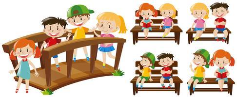 Glückliche Kinder auf Sitzen und Brücke