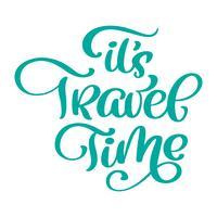 Calligraphic Writing It s Travel Time vektorgrafikdesign för affischer, flygblad, t-shirts, kort, inbjudningar, klistermärken, banderoller. Handmålade penselpenna modern text isolerad på en vit bakgrund
