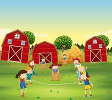 Barn spelar spel på fältet