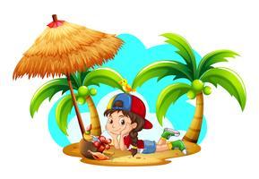 Liten flicka dricker kokosnöt på stranden