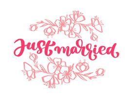 Bröllops dekorativa Vektor handritad bokstäver av text rosa Just Married and flowers. Handtecknad bokstäver citat gratulationskort. Kalligrafiska textdesign mallar, isolerad på vit bakgrund