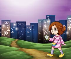 En ung tjej som går över de höga byggnaderna