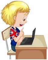 Kleiner Junge, der an Computerlaptop arbeitet