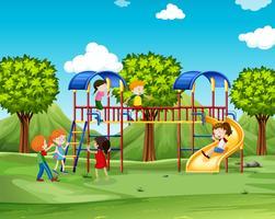 Barn klättrar upp lekhuset