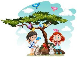 Mädchen stehen unter dem Baum