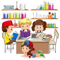 Barn läser och studerar i klassrummet