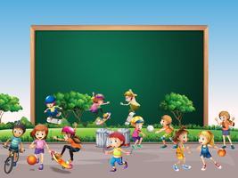Ramdesign med många barn leker i parkens bakgrund