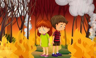 Traurige Kinder im Wald mit Waldbränden