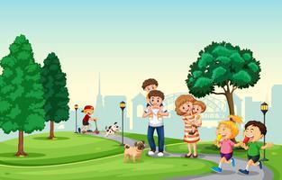 Folk spenderar semester i parken