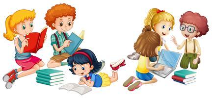Kinder, die Bücher lesen und am Computer arbeiten