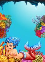 Meerjungfrau, die unter dem Ozean schwimmt