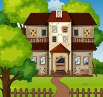Gammalt hus med grön trädgård