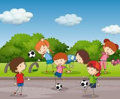 Många barn spelar fotboll i trädgården vektor