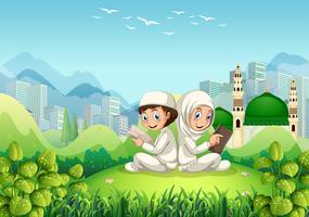 En muslimsk par readind bok i naturen