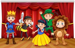 Fem barn i olika kostymer på scenen
